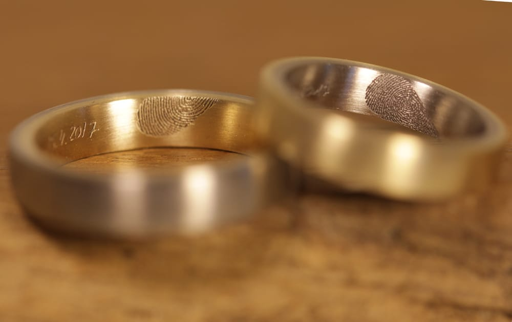 lasergravur-eheringe-gelbgold-graugold-fingerabdruck-herzform (1)
