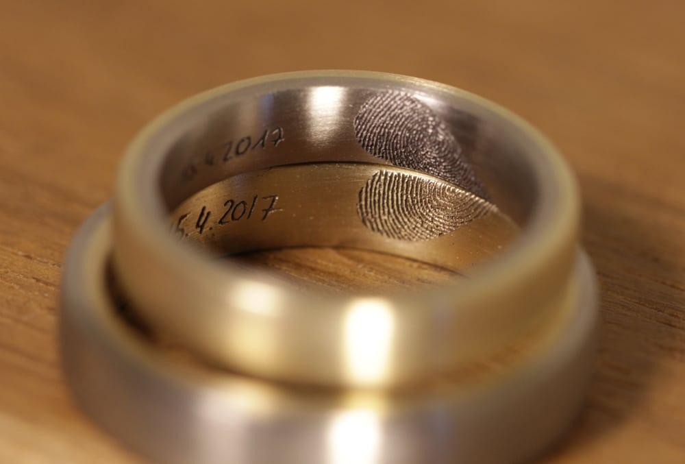 lasergravur-eheringe-gelbgold-graugold-fingerabdruck-herzform (2)