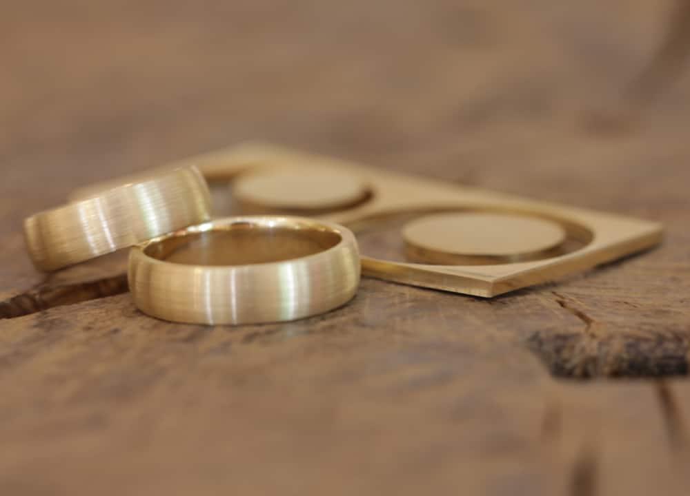 Fertigen Ringe neben dem Restmaterial
