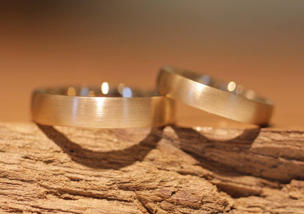 Image 005: two-tone wedding rings as a result of forging rings yourself, solder rings in gray and rose gold.