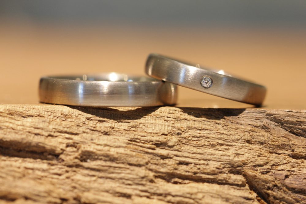 Image 010: Gray gold wedding rings with brilliant-cut diamonds.