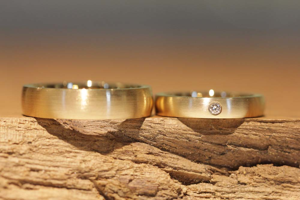 Image 011a: Wedding rings with a matt surface made of rose gold, a diamond.