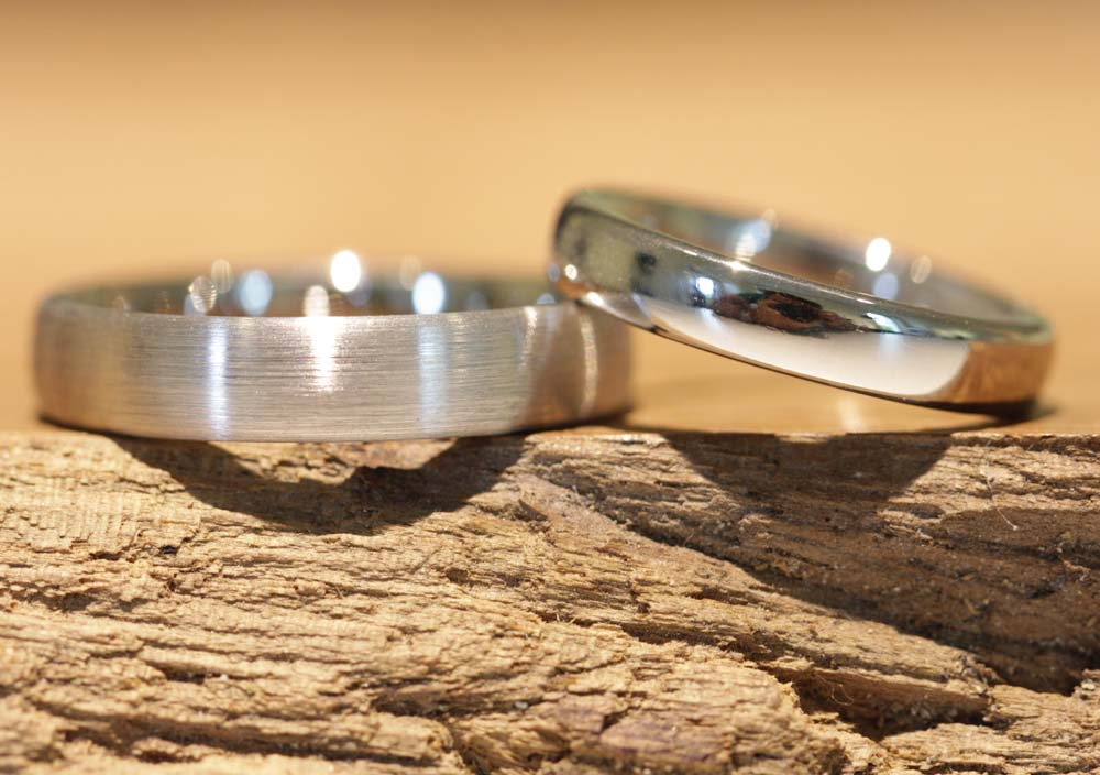 Image 012: Wedding rings made of platinum, created in the wedding ring course, ladies 'ring polished, men' s ring matt.