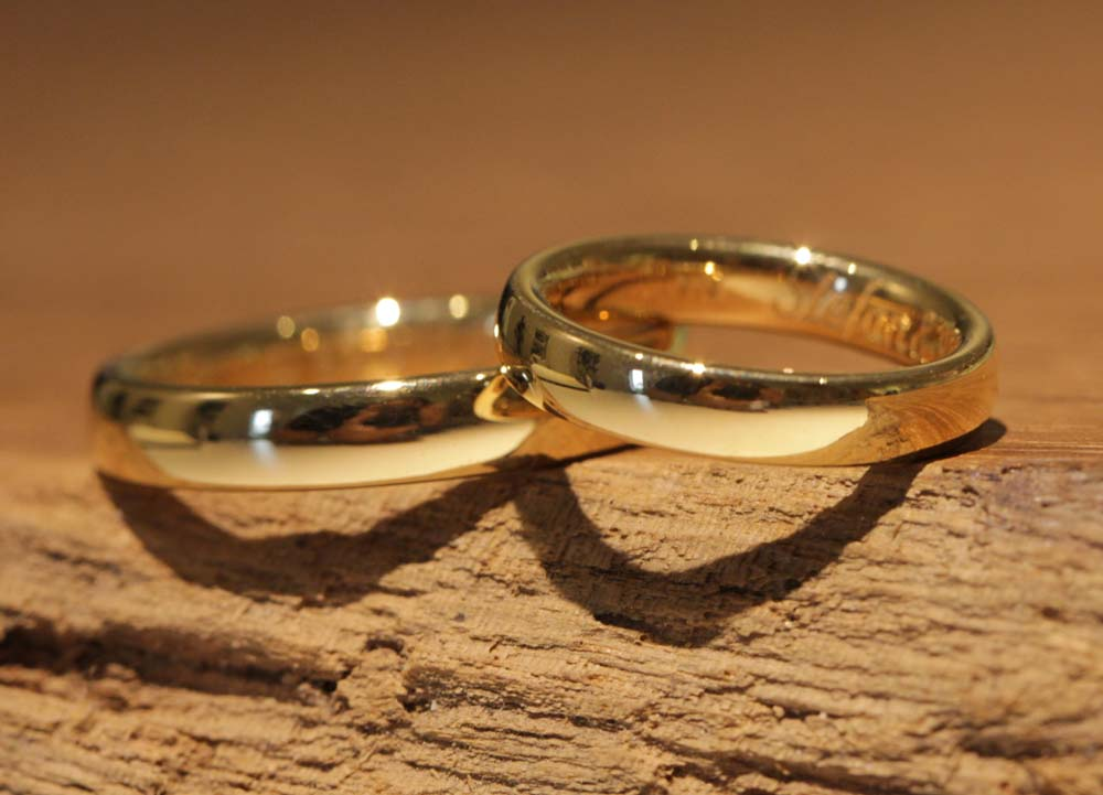 Image 013: Result from the wedding ring course in the jewelry garden, polished rose gold wedding rings.
