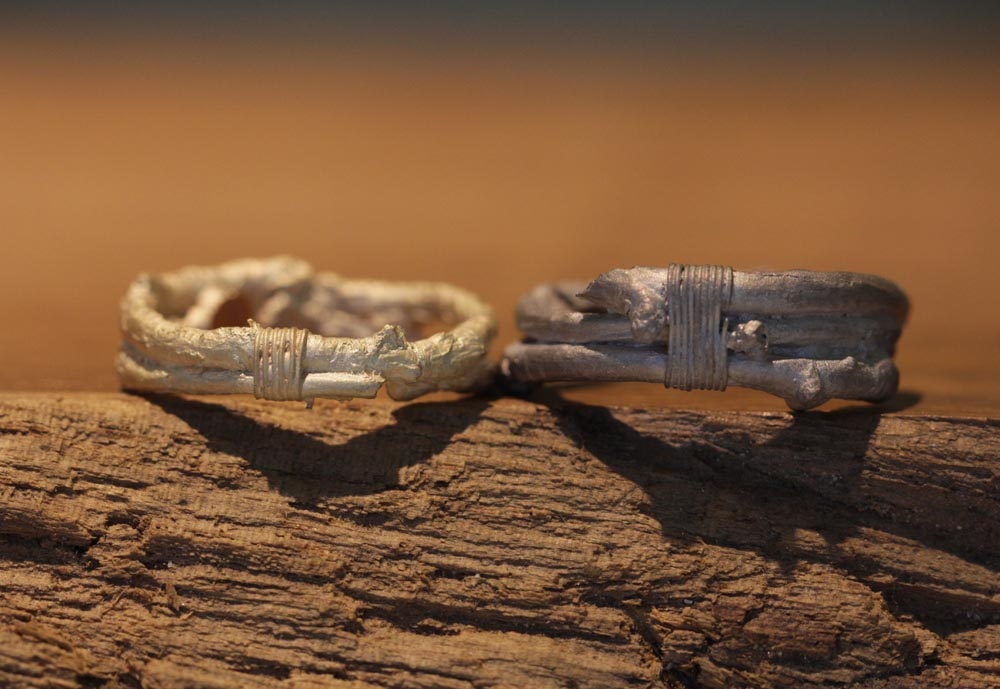 Image 015a: individual wedding rings, wood look, astring made of gray gold and rose gold.