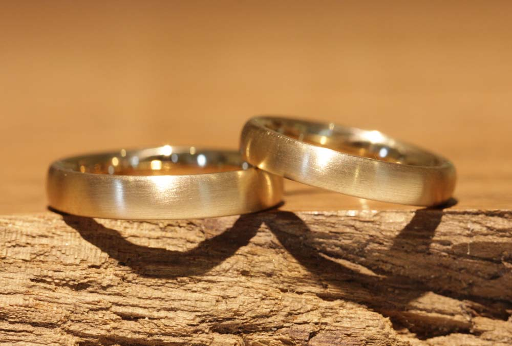Image 016: classic gold wedding rings, result of forging rings yourself in the wedding ring course.