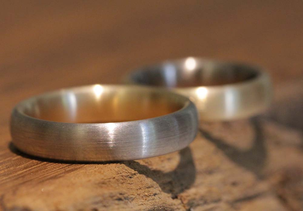 Image 017a: wedding rings multicolored, rose gold and gray gold, matt brushed.
