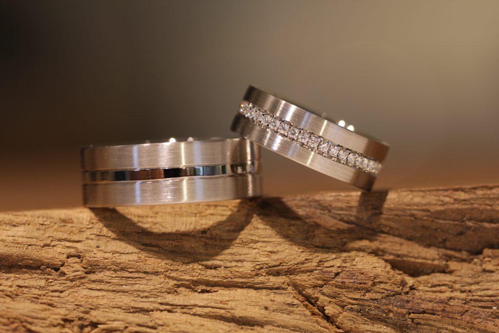 Bild 022: Eheringe aus Platin, matt und glänzend mit Diamanten.