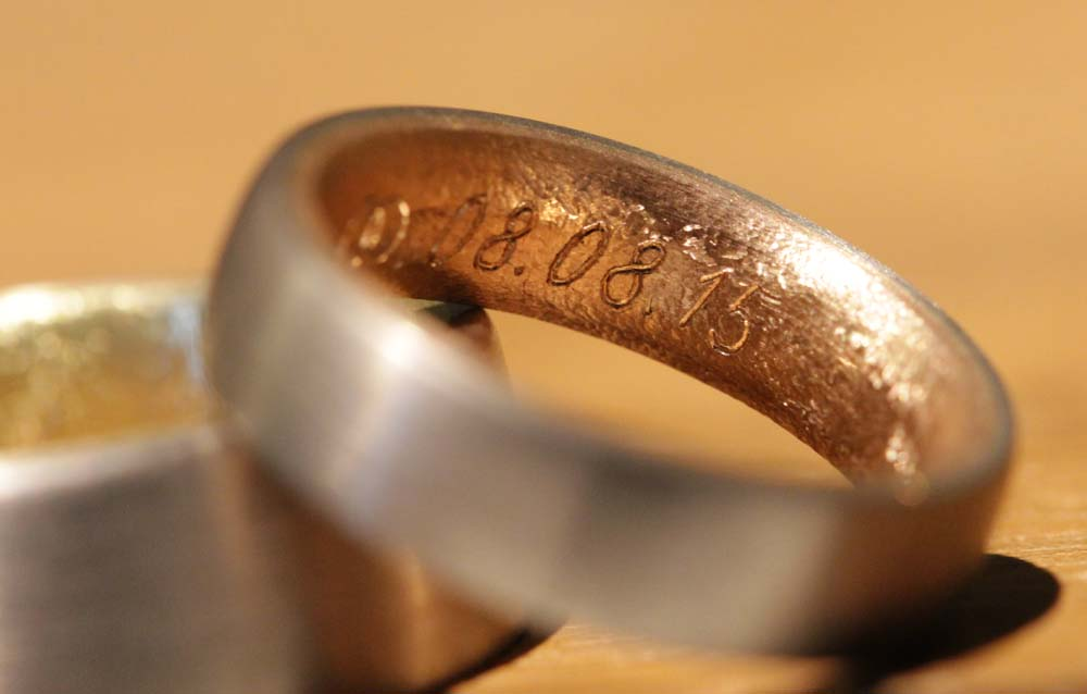 Image 025b: multicolored wedding rings from the jewelry garden near Aachen, personalized with engraving.
