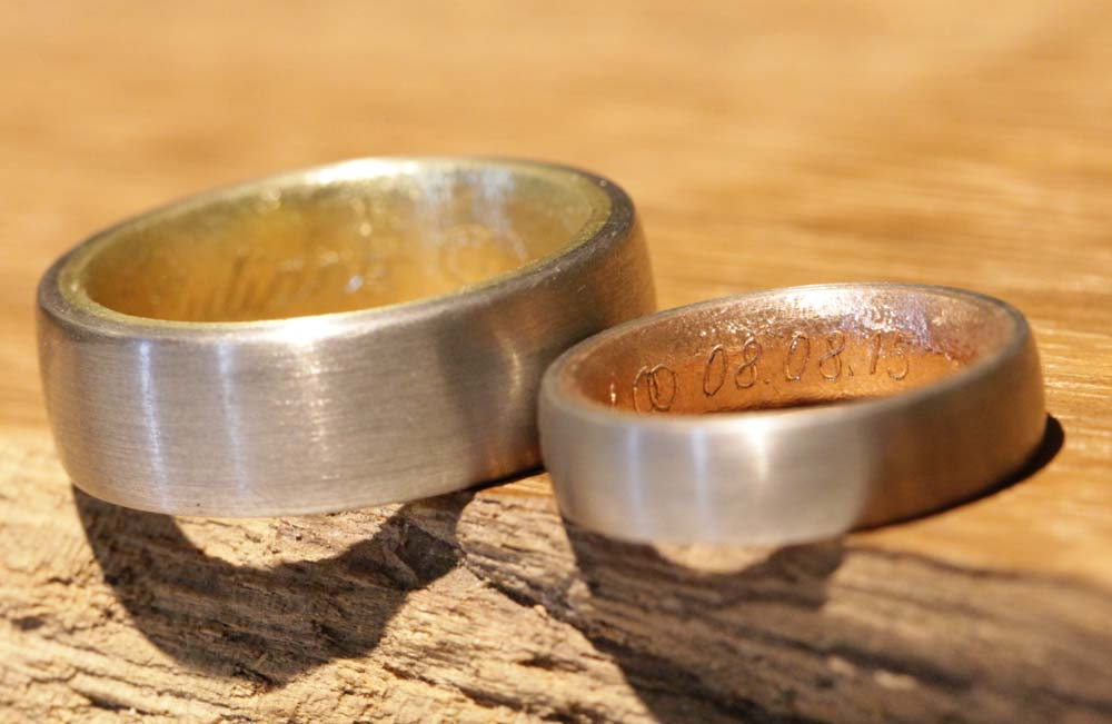 Image 025c: multicolored wedding rings made of red, yellow and gray gold, individualized by laser engraving.