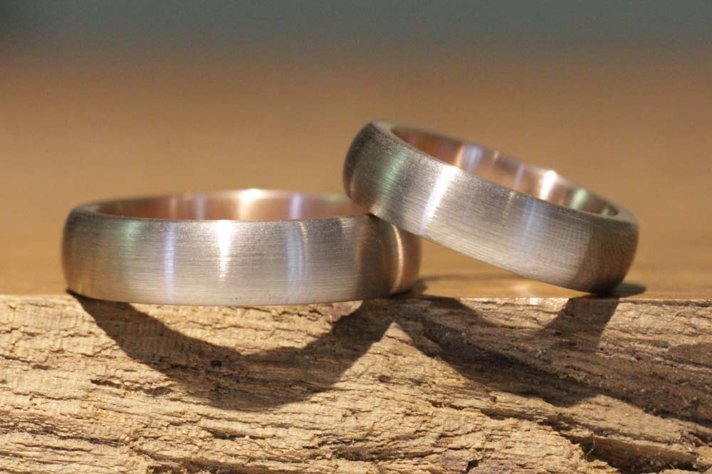 Image 033: Wedding rings for men and women, classic and hand-forged, two-tone made of red and gray gold.