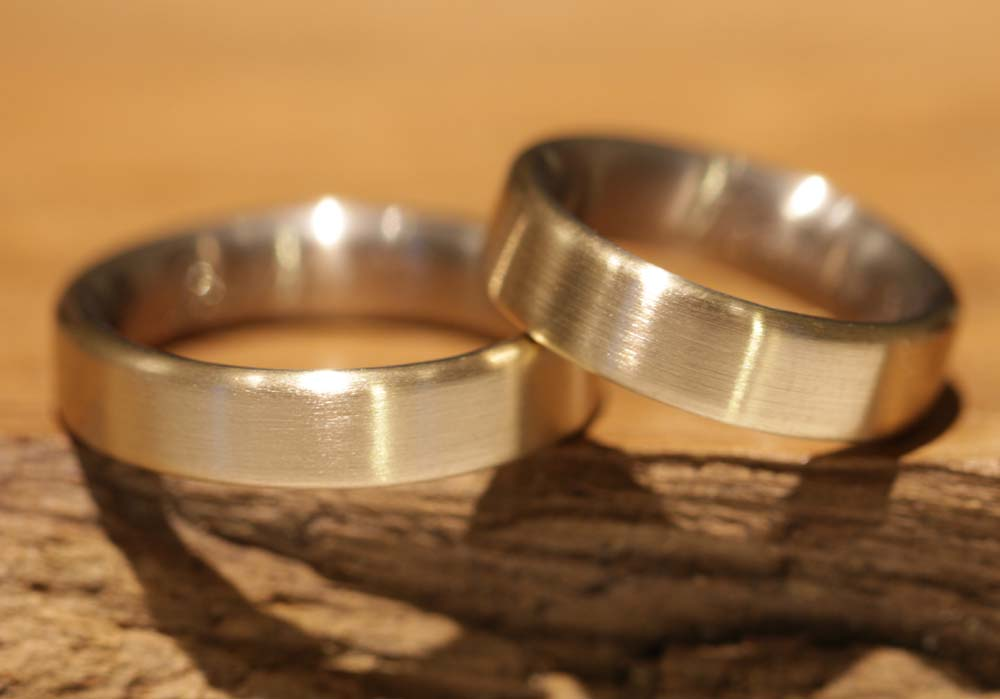 Image 034b: Wedding rings, cheap from the goldsmith, yellow gold, matt outside.
