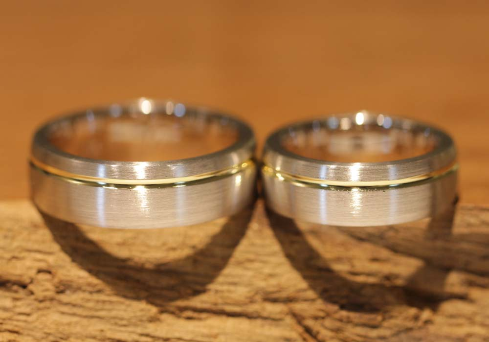 Image 038: two-tone wedding rings from the wedding ring course, clear lines.