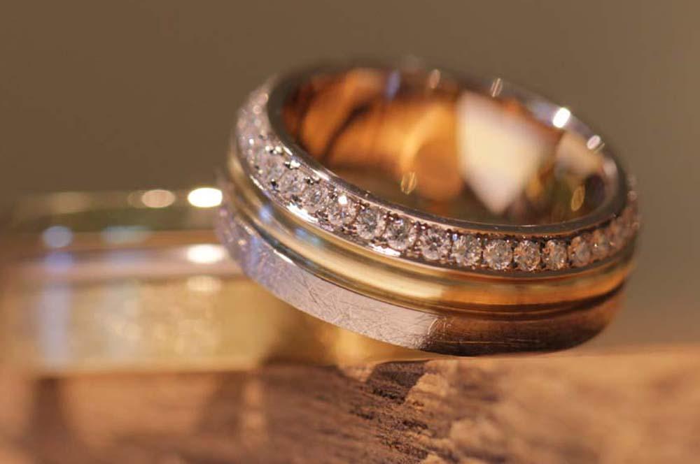 Bild 049c: Luxus Eheringe mehrfarbig, Diamantreihe, originell im Design.