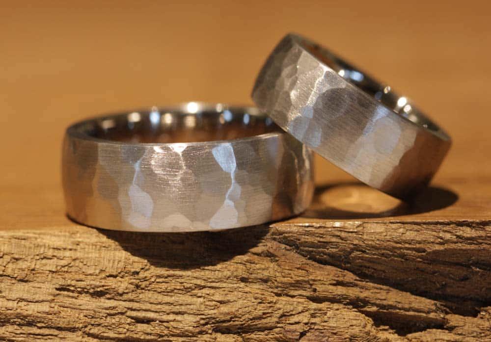 Bild 050: breite Hammerschlag Ringe aus Siler, Trauringe, Freundschaftsringe oder Partnerringe.