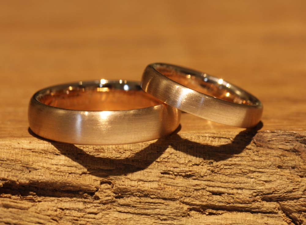 Image 051: simple honor rings, plain and without stone, single-colored red gold.