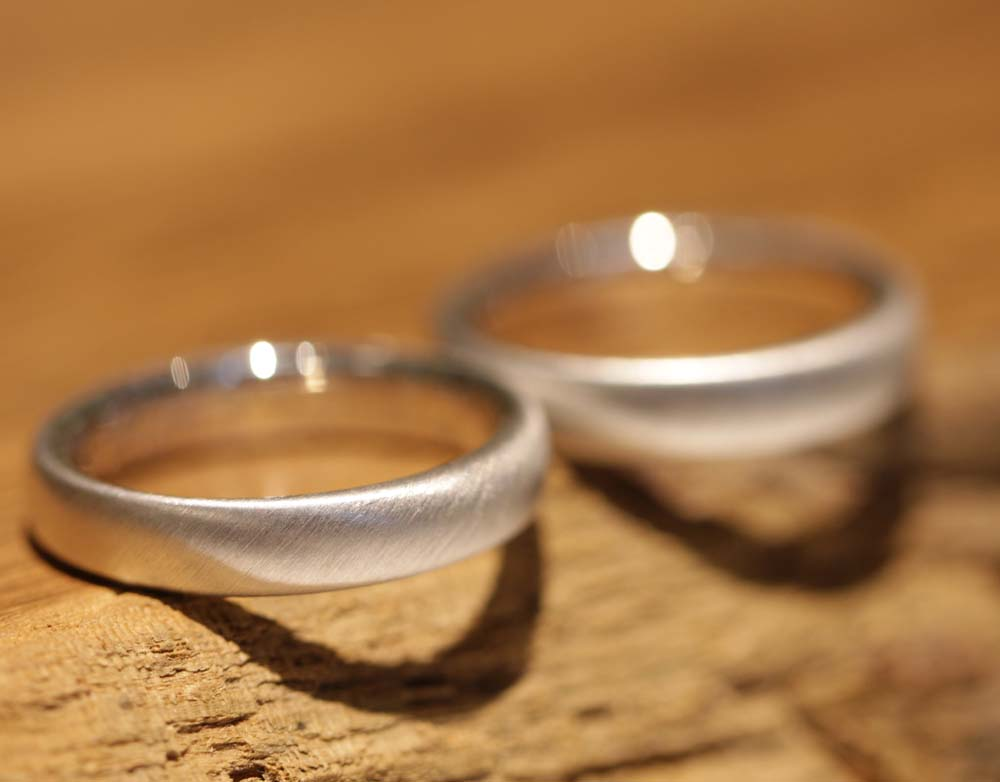 Image 064b: wedding rings, modern, platinum, semi-gloss.