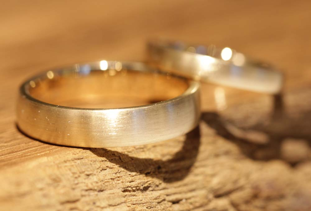Image 065: Delicate wedding rings made of yellow gold from the goldsmith.