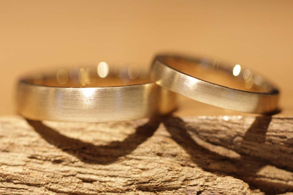 Image 065a: fine, classic wedding rings in yellow gold, individual production.