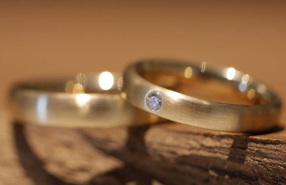 Image 070a: Wedding rings, the classics, matt yellow gold, one stone.