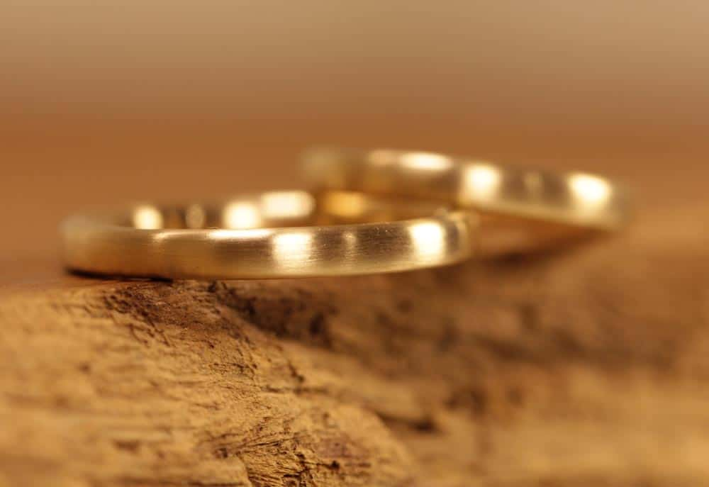 Picture 163a: delicate wedding rings made of yellow gold.