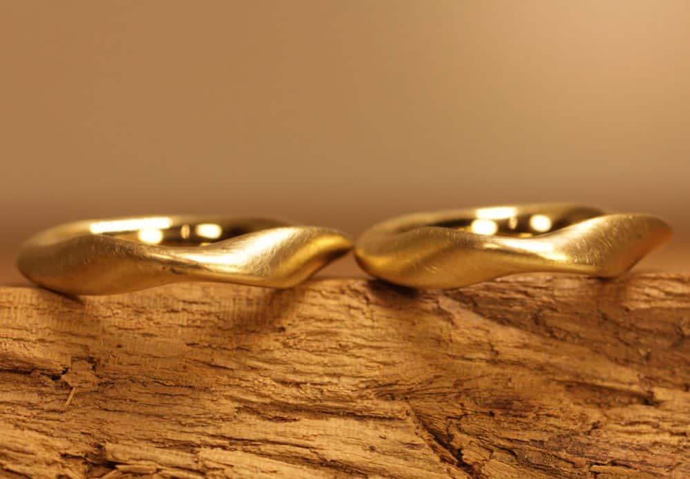 Bild 167b: Ein Paar Trauringe aus Gelbgold, Möbiusring.