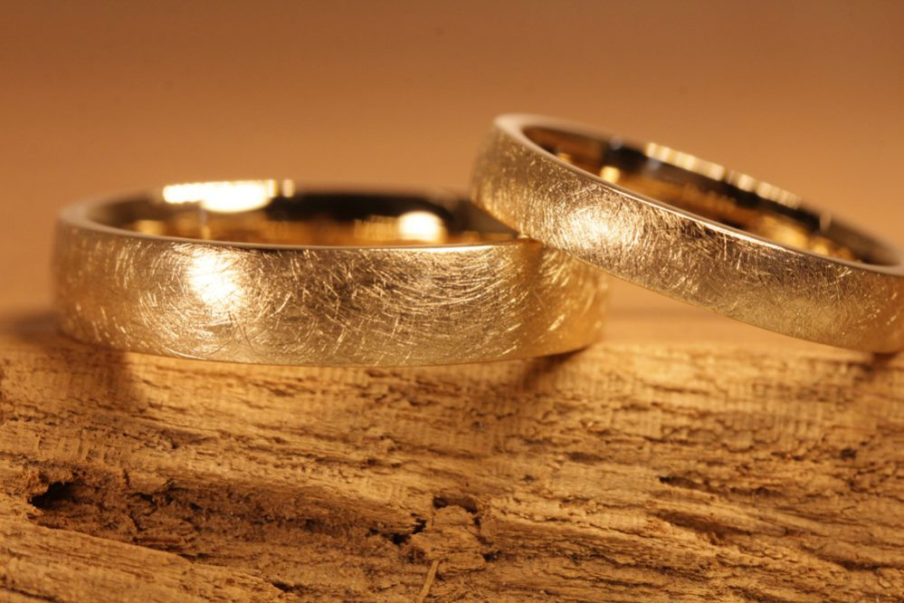 Picture 171a: Forging wedding rings yourself from rose gold, surface frosted.