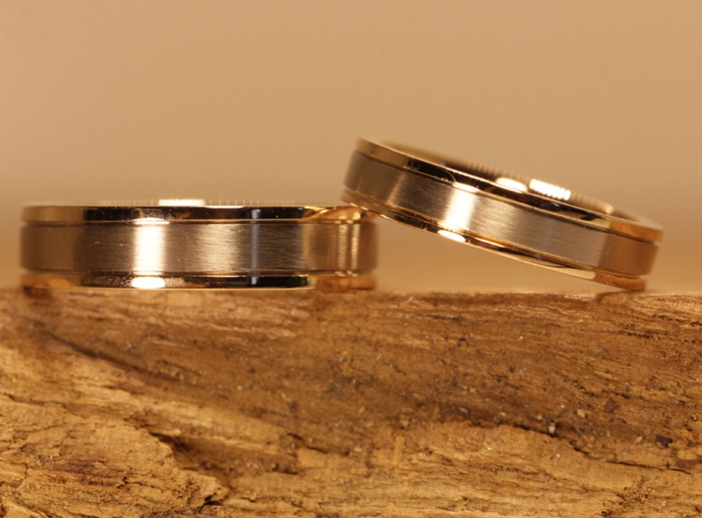 Picture 76c: Wedding rings made of polished red gold and matt gray gold.