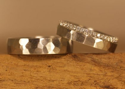 Image 177b: Platinum wedding rings with a hammered surface, ladies' ring set with brilliant-cut diamonds.