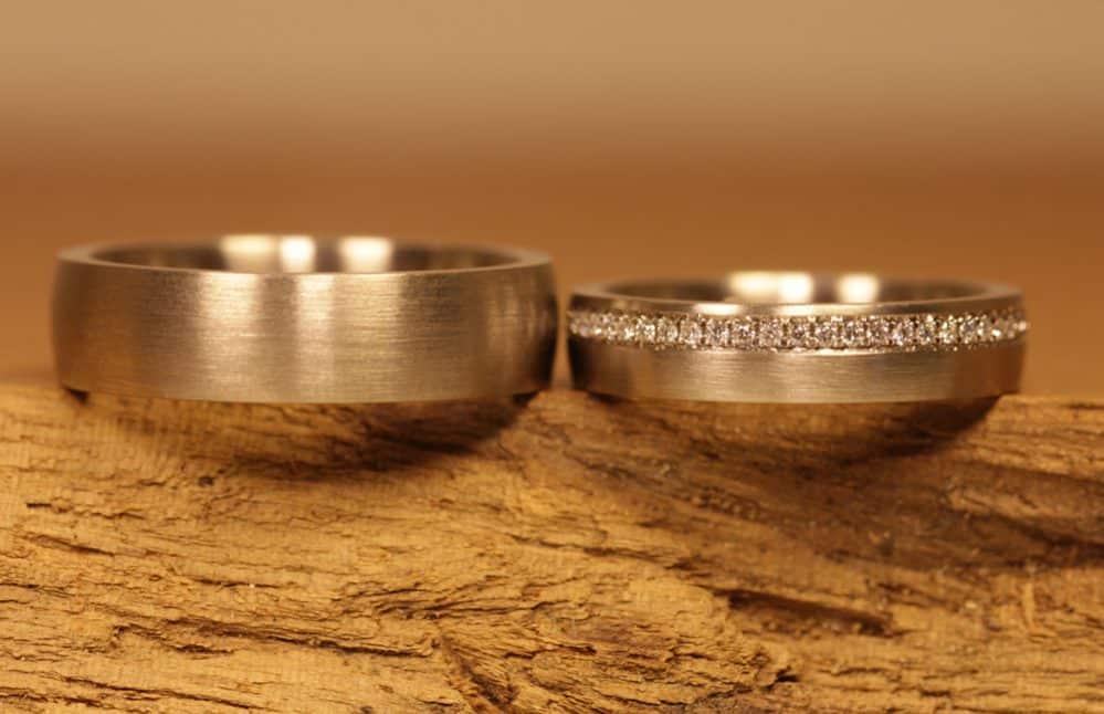 Bild 182: Eheringe, Graugold, Damenring mit Brillanten, Pavee.