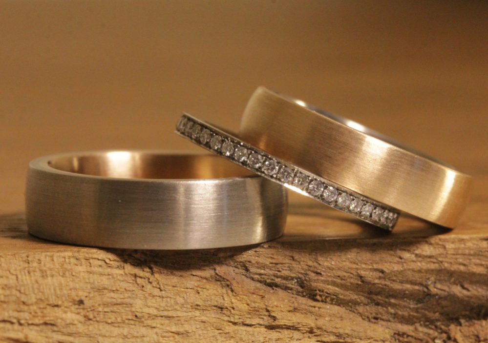 Image 186b: Wedding rings, plug-in solder rings in red gold and gray gold with a bezel ring.