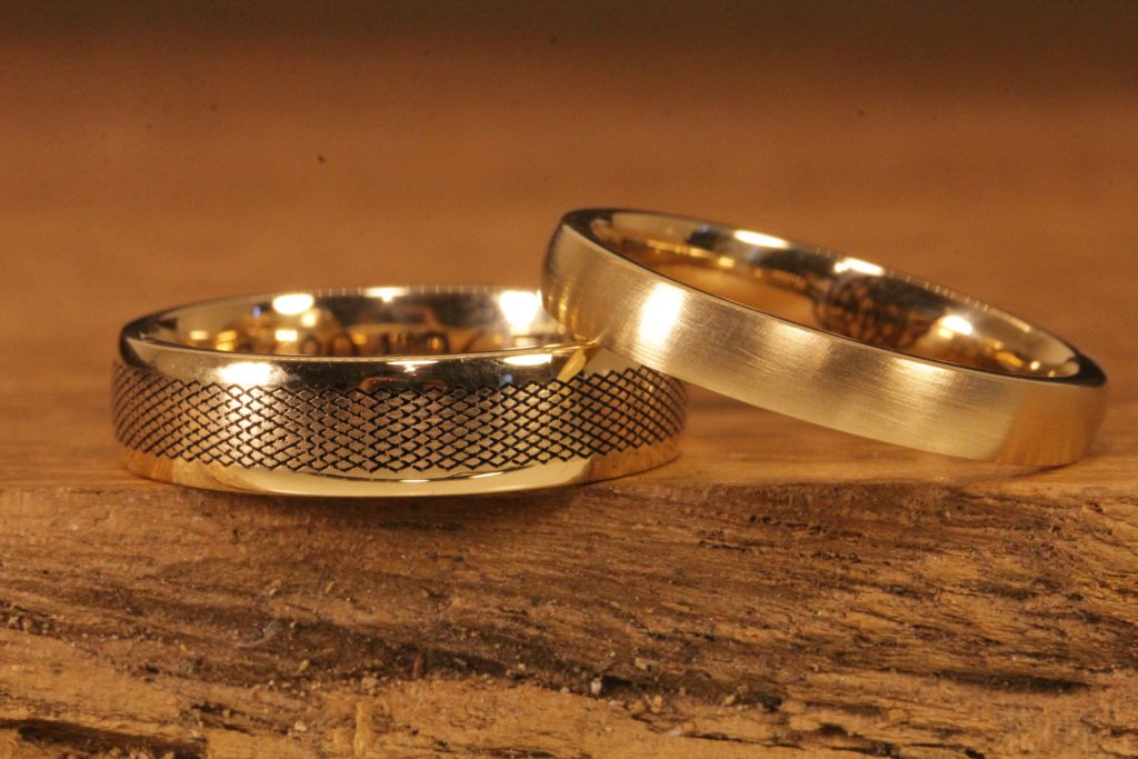 190b: classic wedding rings made of yellow gold with laser engraving.
