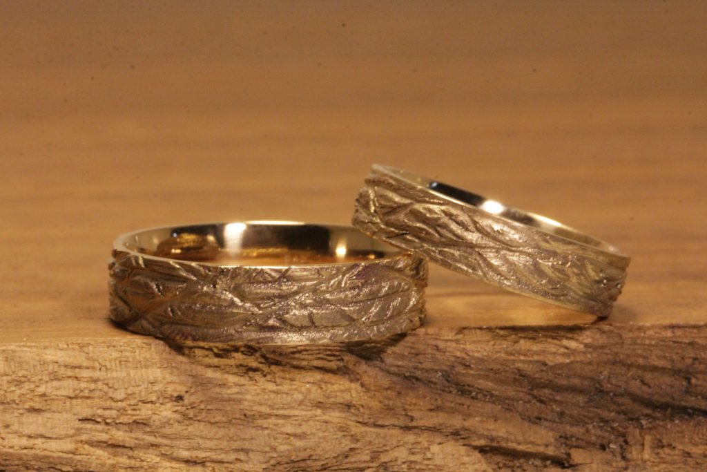 Bild191a: Rings with cast structure, wedding rings made of rose gold.