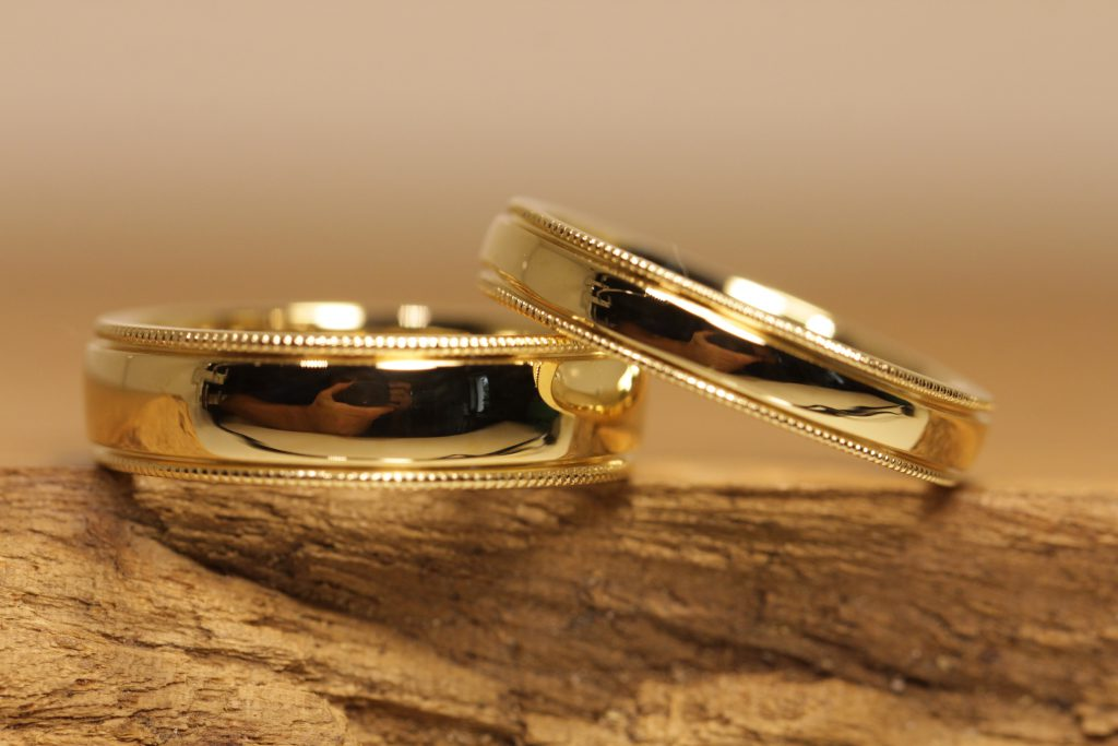 Image 192a: Wedding rings with mill grip edge, yellow gold, glossy polished.