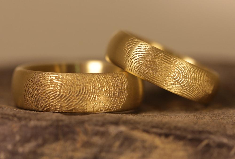 gravur-fingerabdruck-aussen-gelbgoldtrauringe (1)