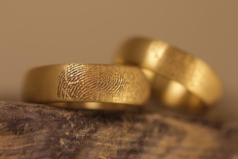 gravur-fingerabdruck-aussen-gelbgoldtrauringe (2)