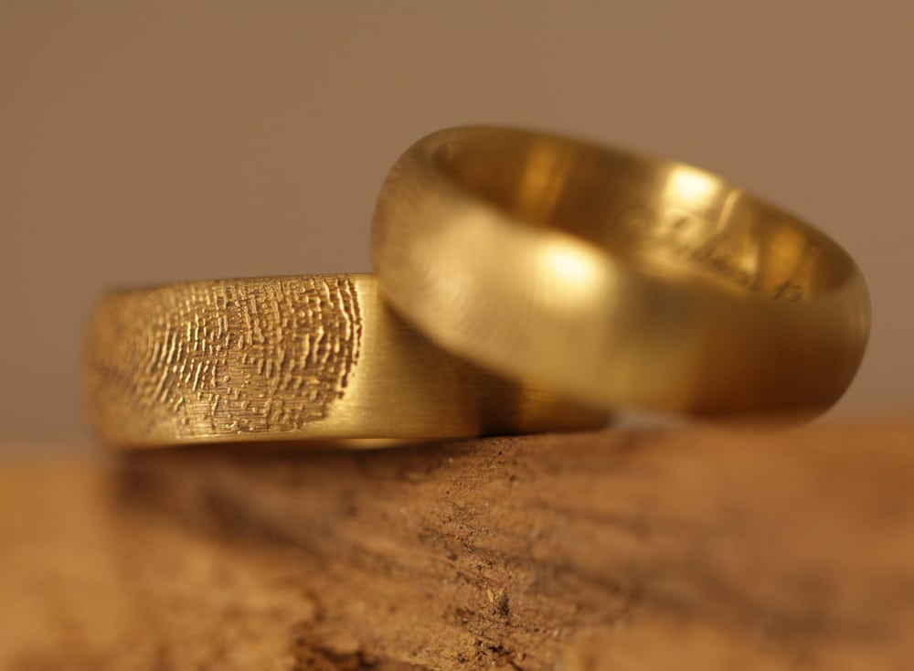 gravur-fingerabdruck-aussen-gelbgoldtrauringe (3)