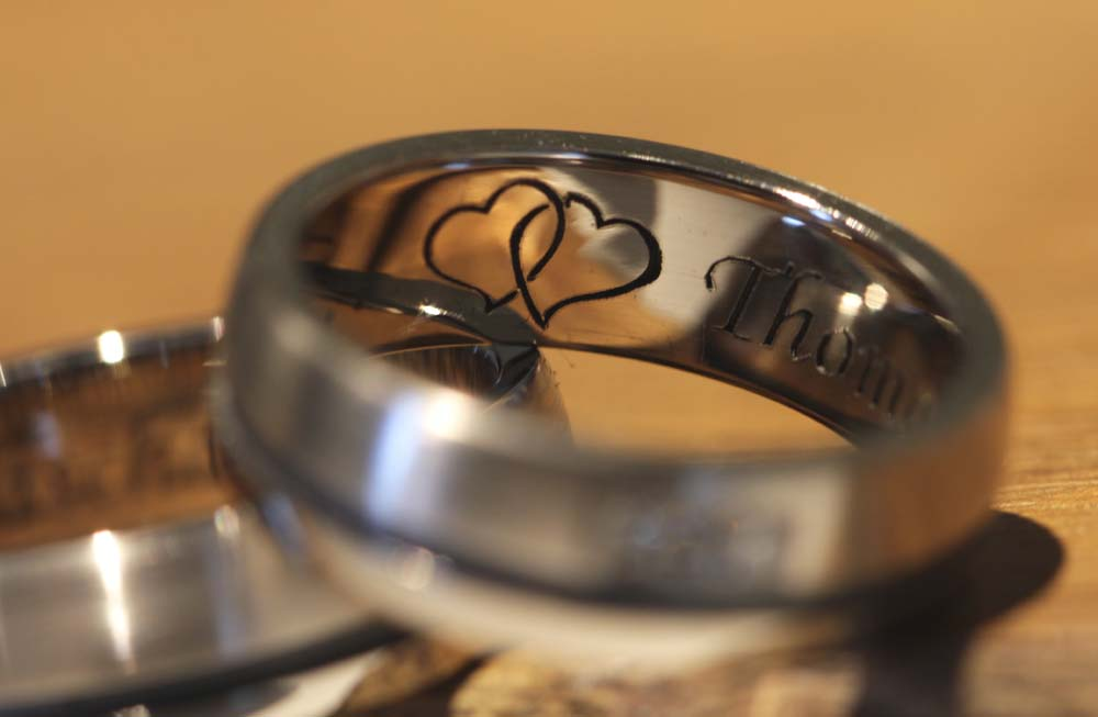 heart-engraving-wedding-rings-gray-gold