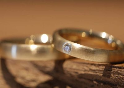 Wedding rings in yellow gold, ladies ring with a diamond
