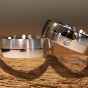 Breite Eheringe Oberflächen aussen matt und poliert aus 585er Weissgold Damenring mit Brillanten