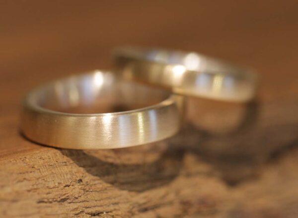 Schlichte schmale Eheringe Steckloetringe laengsmatt in 585er Gelbgold und 925 Silber