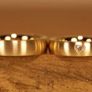 Eheringe aus 750er Gelbgold Damenring mit weissen Diamant als Herzform