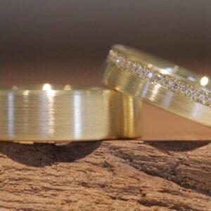 Hübsche Eheringe aus 585er Gelbgold Damenring mit Brillanten rundum