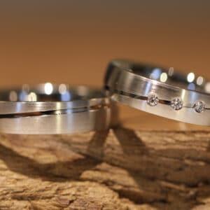 Aussergewoehnliche Eheringe aus 585er Weissgold Damenring mit 3 Brillanten