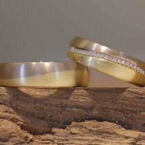 Edle Trauringe Wellenringe in 585er Gelbgold und Graugold Damenring mit Brillanten