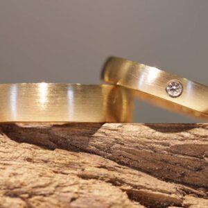 Klassische schmale Trauringe aus 585er Gelbgold Damenring mit weissen Diamant