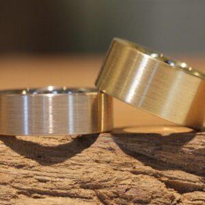 Ein Paar Hochzeitsringe breit 585er Weißgold und Gelbgold längsmattiert