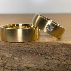 Ein Paar Trauringe aus 750er Gelbgold Damenring mit Diamant